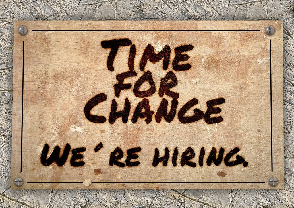 Time for change. We are hiring. Facteurs de risque: la voie de garage, la mise à l'écart.